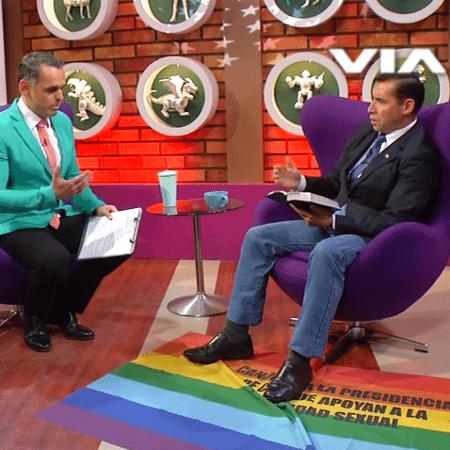 """Pastor pisa em bandeira LGBT e ora para """"curar"""" apresentador - Reprodução/Vía X"""