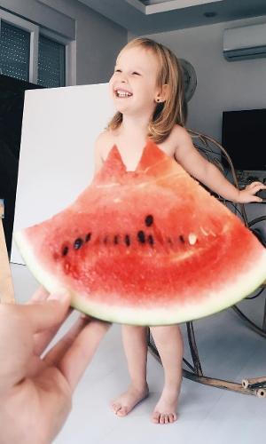 Garota faz do pedaço de melancia seu vestido
