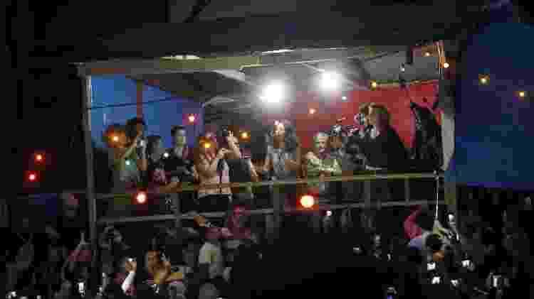 Artistas se reúnem em palco improvisado dentro da ocupação Povo Sem Medo - WERTHER SANTANA/ESTADÃO CONTEÚDO