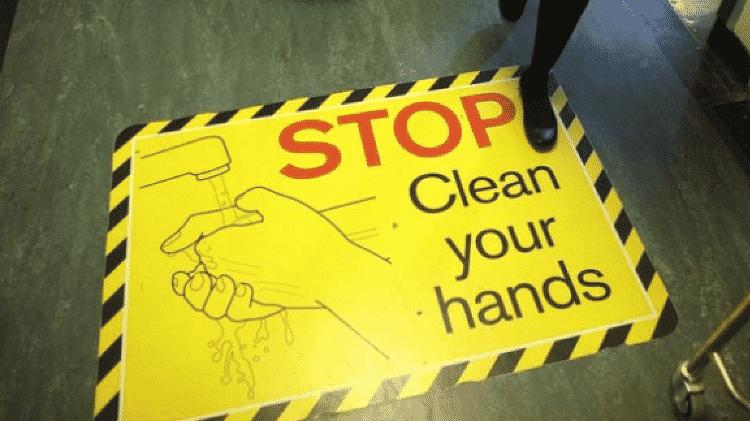 Cartaz em hospital diz 'pare e lave suas mãos'; mais higiene é crucial para evitarmos que as bactérias se espalhem - GETTY IMAGES - GETTY IMAGES