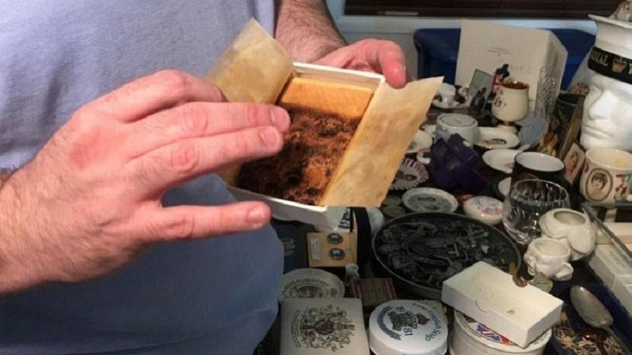 Colecionador mostra fatia do bolo do casamento da princesa Diana com príncipe Charles em Pompano Beach, Flórida - Zachary Fagenson/Reuters