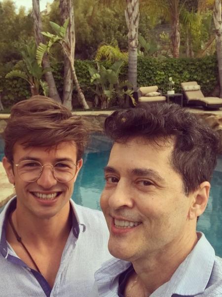 """O novelista Tiago Santiago, autor de """"Os Mutantes"""", com o marido, Davi Stepurski - Reprodução/Instagram/tiagosantiago"""