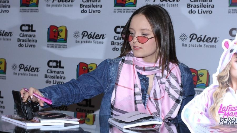 Larrisa Manoela autografa livros na Bienal Internacional do Livro, em São Paulo - Amauri Nehn/Brazil News