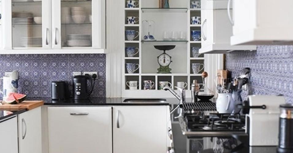 A designer e blogueira britânica Wendy H. Gilmour decidiu clarear sua cozinha e obteve sucesso depois que seus móveis foram pintados de branco e suas paredes revestidas com adesivos de tom azul clarinho. Se for copiar a ideia em casa, antes de se decidir pelo tipo de material, busque fazer uma simulação no computador para ter uma prévia de como ficará o resultado