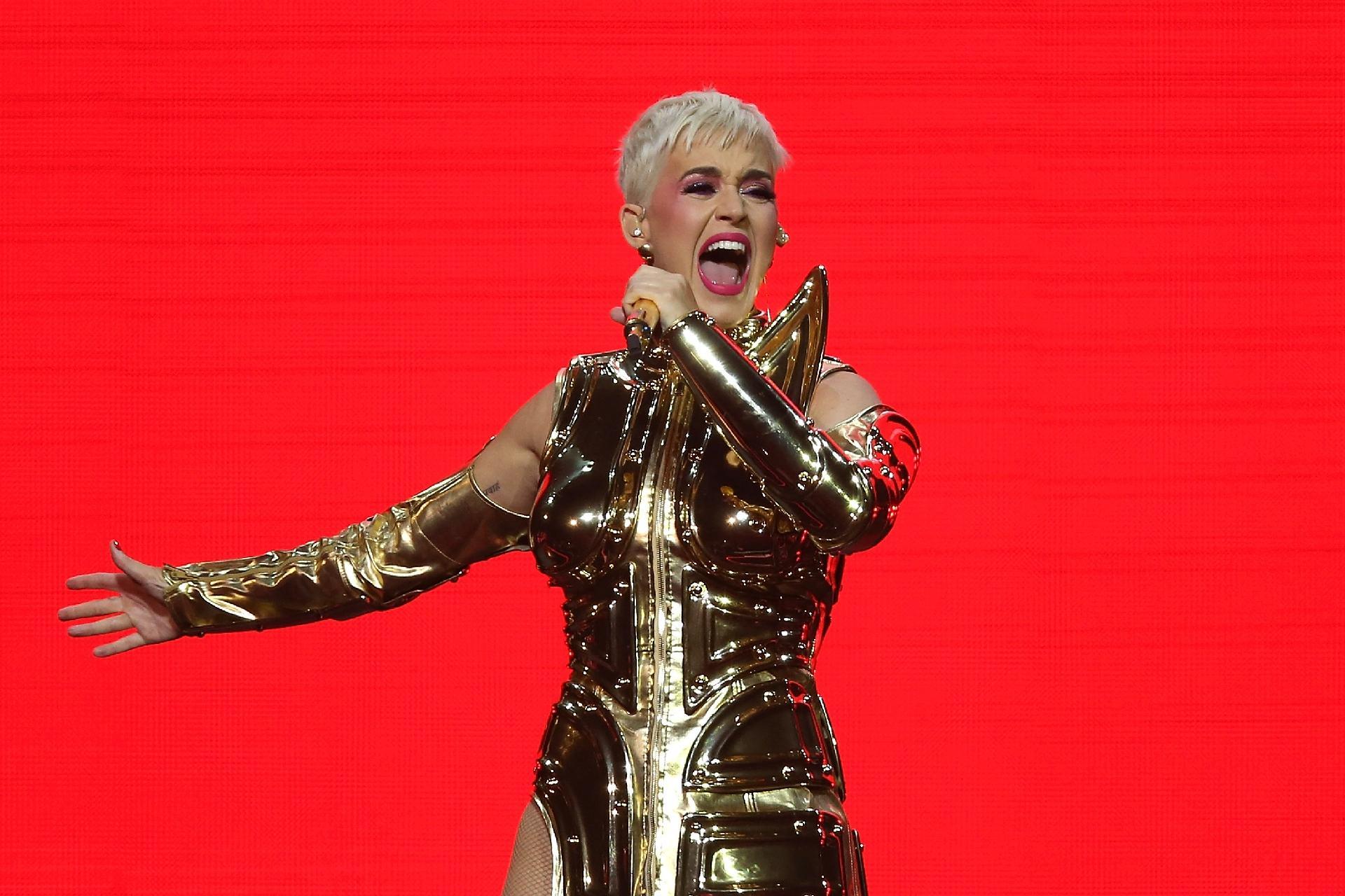 e14c6cc6dcc8c Katy Perry ostenta cabelo curto e se sente uma mulher