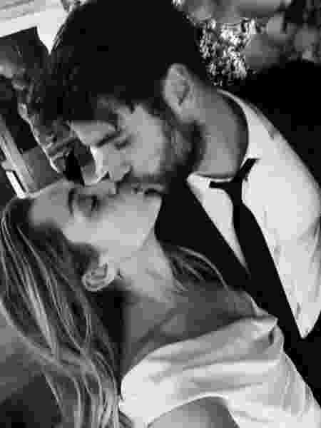 Miley Cyrus postou fotos da cerimônia com Liam Hemsworth no Twitter - Twitter/Reprodução