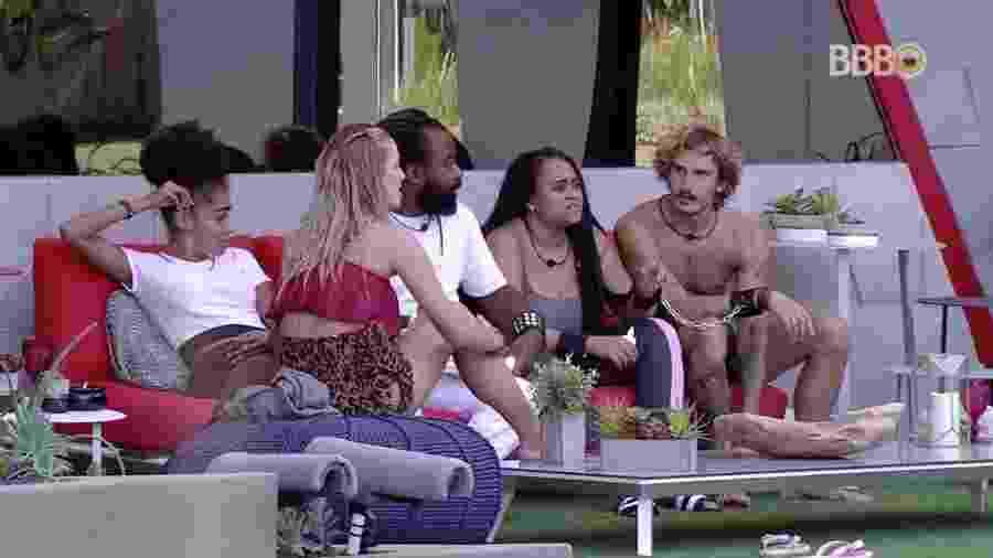 Brohters conversam na área externa da casa - Reprodução/GloboPlay