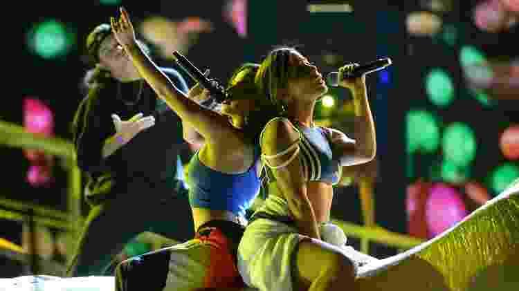 """Anitta e Becky G performam a música """"Banana"""" em Las Vegas - Bryan Steffy/Telemundo/NBCU Photo Bank via Getty Images"""