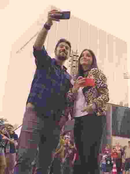 Phelipe Siani e Mari Palma gravam em frente à sede da CNN Brasil - Reprodução/CNN