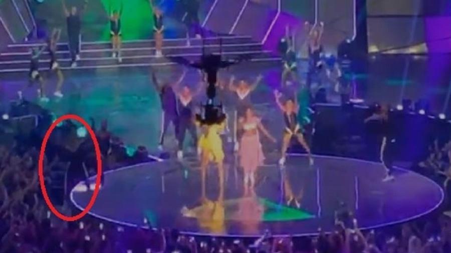 Bailarino cai do palco durante show de Ivete e IZA no Prêmio Multishow - Reprodução