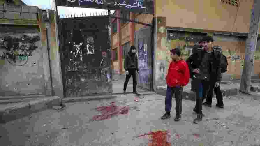Manchas de sangue após ataque contra escola em Sarmin, província de Idlib, em 1º de janeiro; local abrigava desalojados da guerra - AFP via BBC