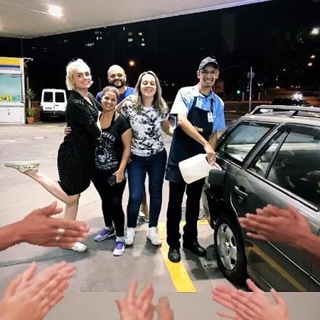 Iozzi e a mãe abastecem Parati em posto de gasolina após ficarem sem combustível no meio da estrada - REPRODUÇÃO/INSTAGRAM