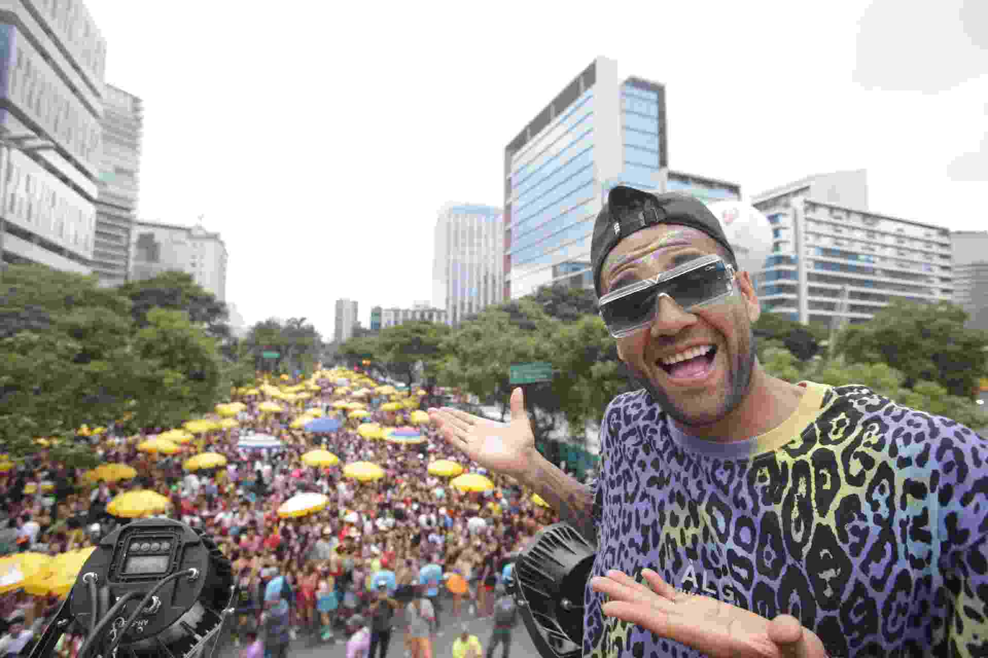 23.fev.2020 - O jogador do São Paulo, Daniel Alves, comanda a folia no bloco Good Crazy - BRUNO ROCHA/FOTOARENA/ESTADÃO CONTEÚDO