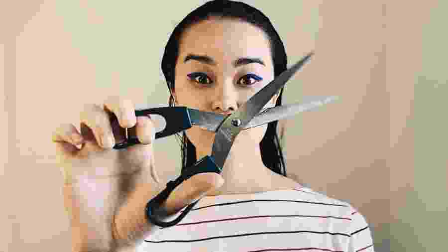 Bateu vontade de cortar o cabelo na quarentena? Tesoura bem afiada e algumas técnicas podem ajudar - Aline Takashima/UOL