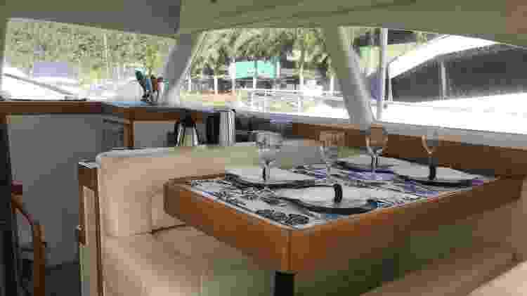Encorado no píer da Marina Porto Imperial, barco tem dois quartos - Divulgação - Divulgação