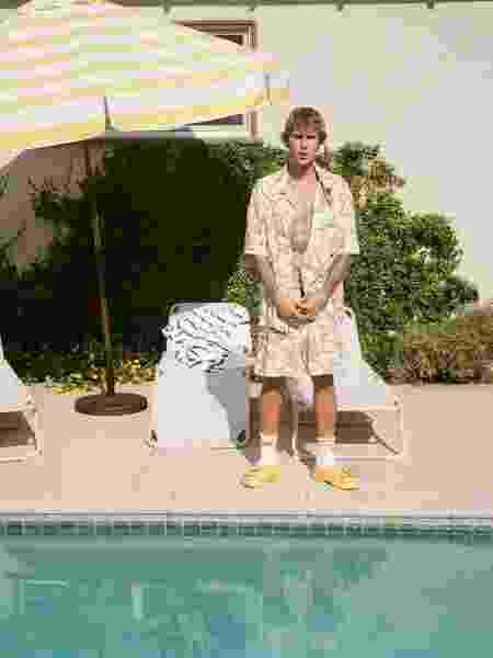 Justin Bieber posando para foto do seu Instagram com Crocs assinado por ele - Reprodução/Instagram - Reprodução/Instagram