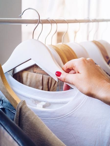 Roupas: casal não conseguiu comprar roupa em loja online, pois falta tecido na indústria - iStock