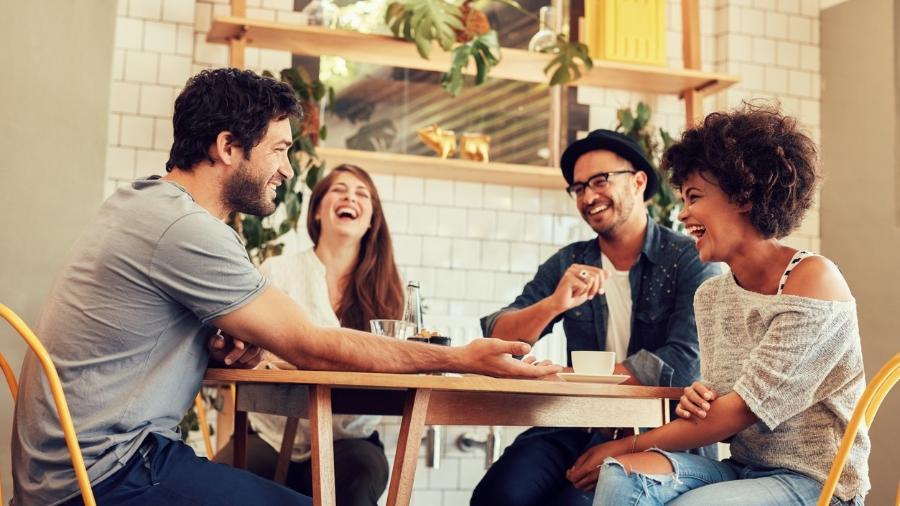 Gêmeos faz amizade até na padaria, Sagitário faz o grupo todo de pessoas dar risada - iStock