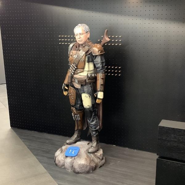 """Por algum motivo, existe uma estátua do Paulo Guedes vestido como o personagem de """"Star Wars"""""""