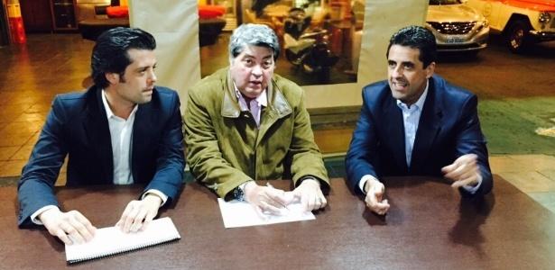 Datena entre o deputado Guilherme Mussi (à esq.) e o delegado Antonio Assunção de Olim, do PP