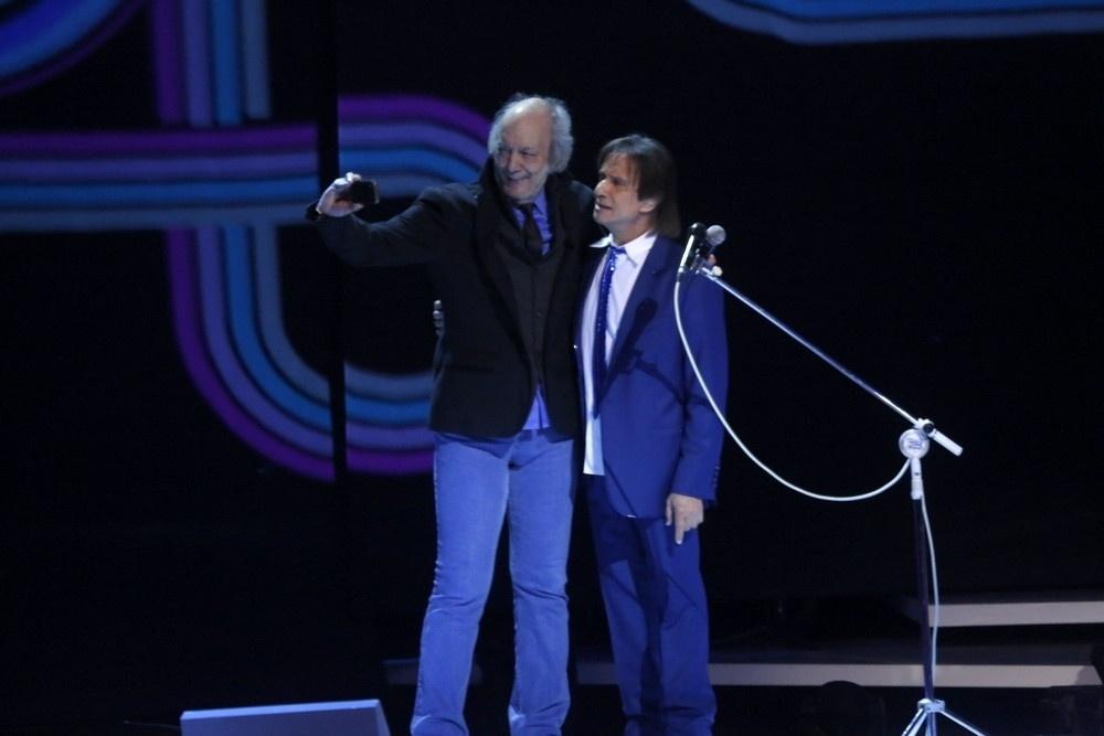 7.nov.2015 - Erasmo Carlos faz selfie com Roberto Carlos durante as gravações do especial do Rei no Teatro Municipal, no Rio de Janeiro