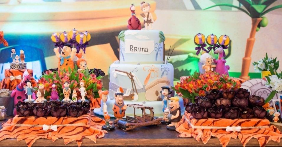 Na mesa principal da festa de aniversário de um ano com o tema