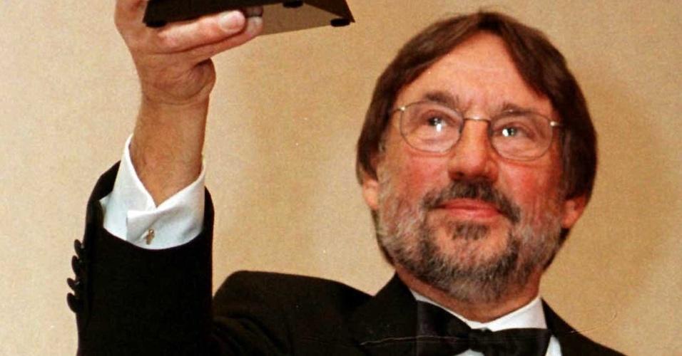 21.fev.1999 - O cineasta Vilmos Zsigmond recebe prêmio por sua carreira