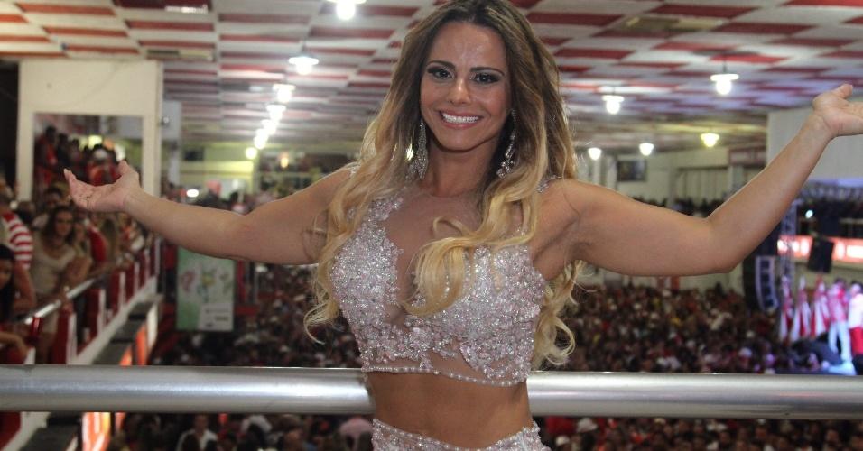 24.jan.2016 - Rainha de Bateria, Viviane Araújo vai ao ensaio do Salgueiro na quadra da escola na noite de sábado