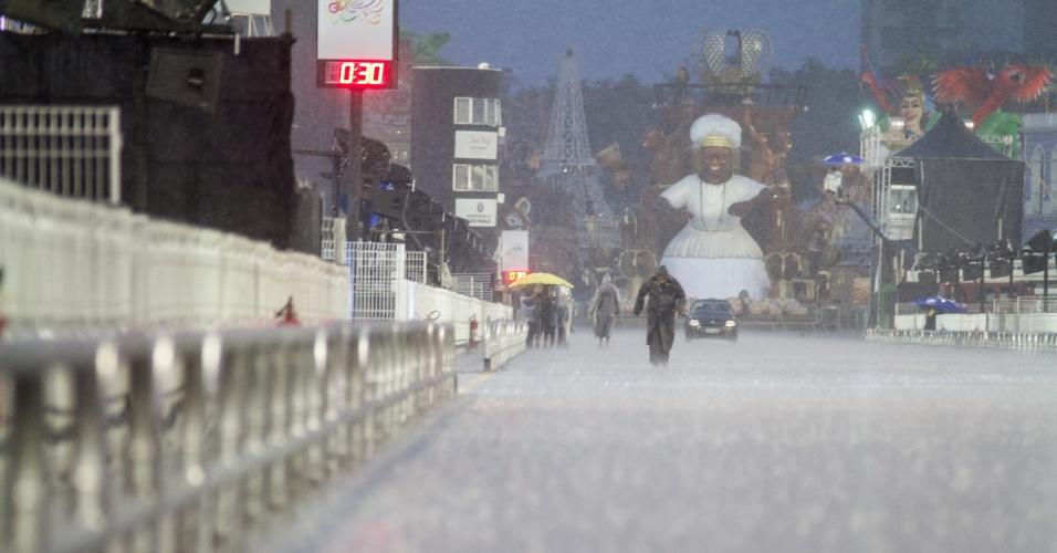 6.jan.2016 - Um temporal atingiu o sambódromo do Anhembi no final da tarde deste sábado (6), na zona norte de São Paulo, antes dos desfiles das escolas de samba do Grupo Especial