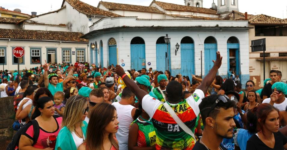7.fev.2016 - Puxado pela bateria, o Bloco Santa Casa desfilou pelo centro histórico de São João Del Rei