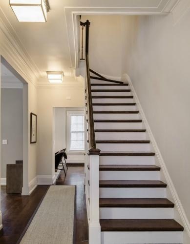 Uma Thurman manteve a escada original, desenhada pelo arquiteto Helbert Lucas, em 1910. O dúplex, que está à venda por R$ 22 milhões, está localizado em um dos bairros mais chiques de Nova York, próximo ao Gramercy Park