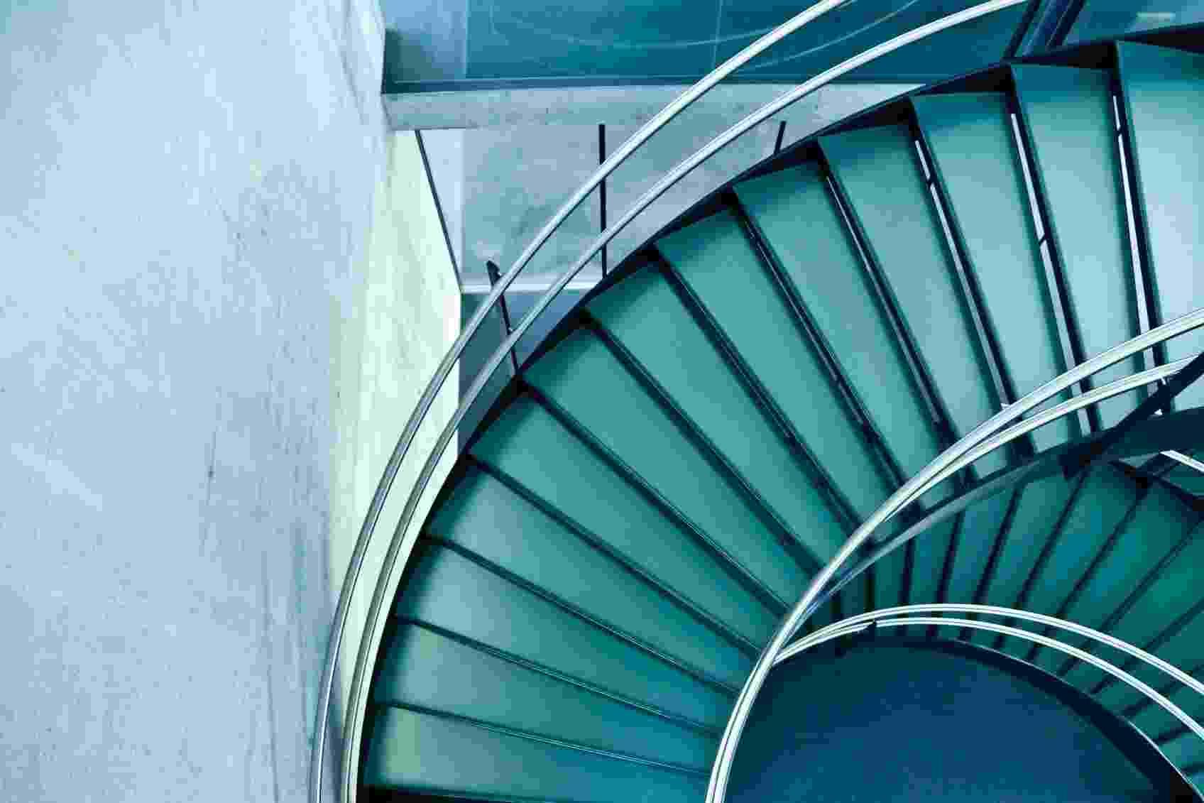 A modernidade rege esta escada em espiral, que liga os pavimentos da construção em vidro e concreto. O corrimão em aço inox e os vãos entre os degraus dão leveza à estrutura que pode ser usada, em menor escala, em uma residência contemporânea - Getty Images