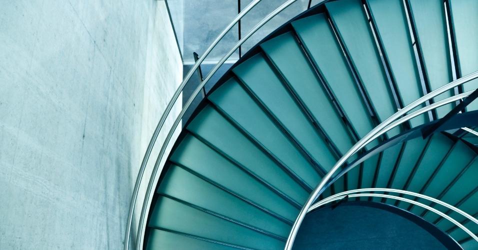 A modernidade rege esta escada em espiral, que liga os pavimentos da construção em vidro e concreto. O corrimão em aço inox e os vãos entre os degraus dão leveza à estrutura que pode ser usada, em menor escala, em uma residência contemporânea