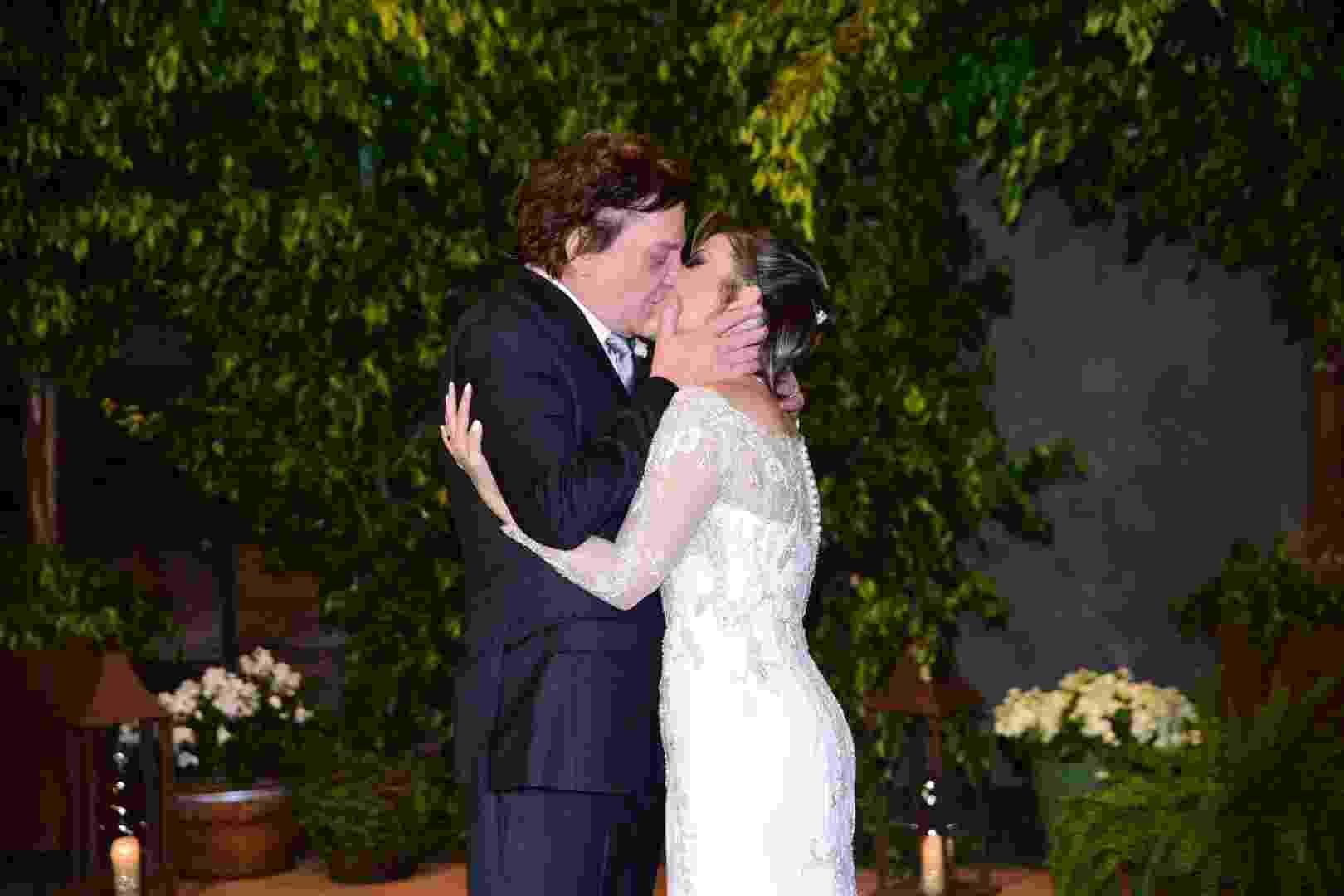 21.nov.2016 - Fábio Jr. beija Fernanda Pascucci após o casal trocar alianças em cerimônia em São Paulo - Leo Franco/AgNews