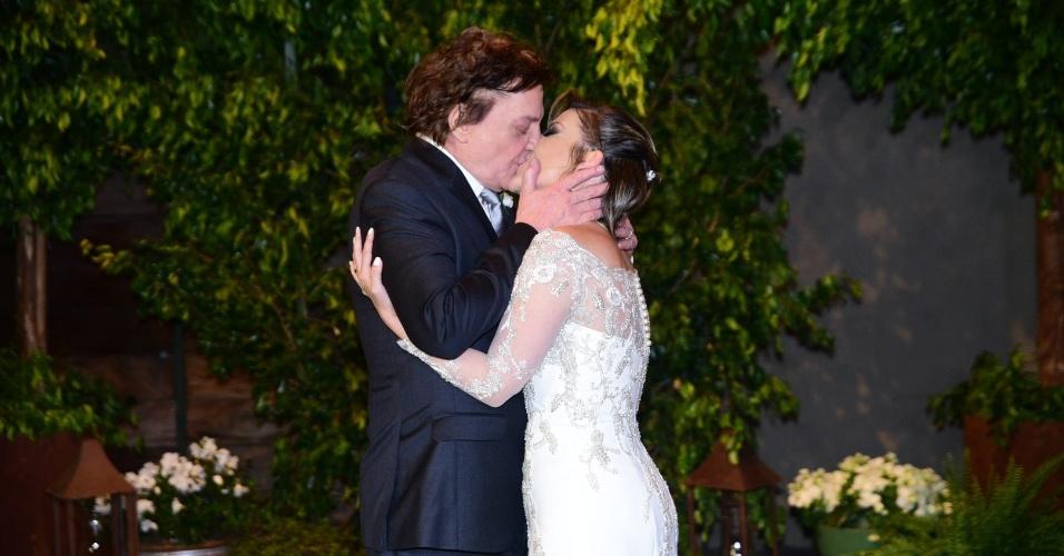 21.nov.2016 - Fábio Jr. beija Fernanda Pascucci após o casal trocar alianças em cerimônia em São Paulo