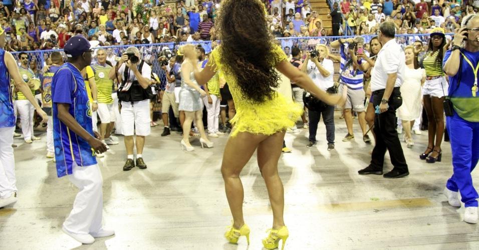 Há cinco anos como rainha de bateria da Unidos da Tijuca, Juliana Alves mostrou porque merece o título fazendo a Marquês de Sapucaí levantar no ensaio técnico deste domingo