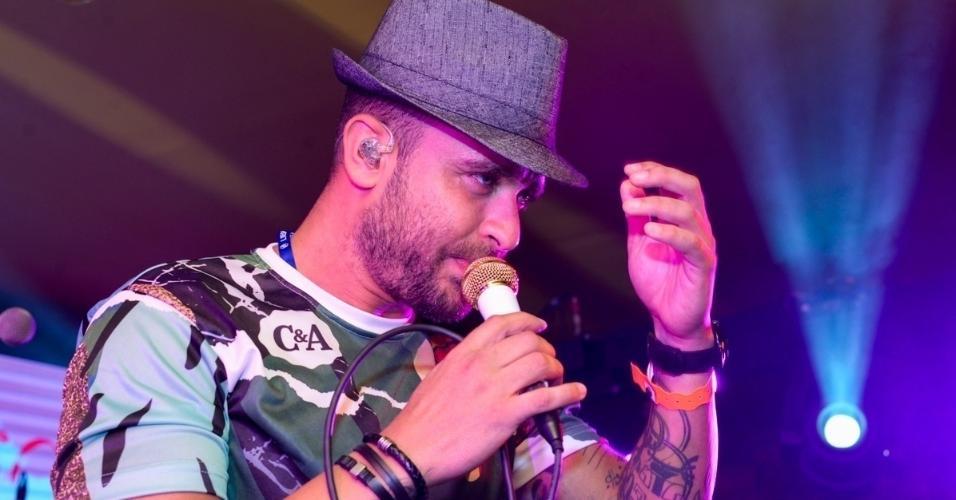 O cantor Diogo Nogueira durante apresentação em camarote. Ainda há ingressos para o CarnaUOL na Sapucai. Compre aqui