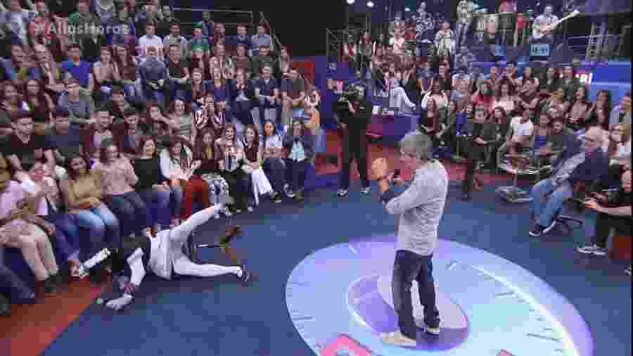 """Vestido da personagem Mary Help, Marco Luque cai da cadeira durante o """"Altas Horas"""" - Divulgação / TV Globo"""