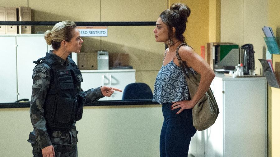 """Jeiza (Paolla Oliveira) e Bibi (Juliana Paes) se estranham na delegacia em """"A Força do Querer"""" - Estevam Avellar/TV Globo"""