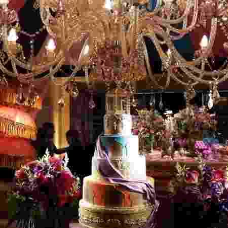 A decoração dos 15 anos de Maisa é colorida com muitos tons de dourado, vermelho, rosa, azul, laranja e lilás - Reprodução/Instagram/@lavemobrigadeiro - Reprodução/Instagram/@lavemobrigadeiro