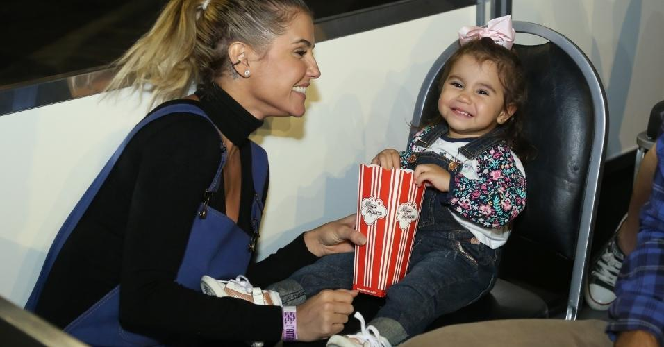 Deborah Secco com a filha, Maria Flor, no Disney On Ice