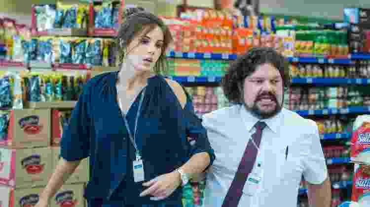 Luiza (Camila Queiroz) se assusta com reação dos clientes e provoca uma pequena confusão. O gerente não gosta do tumulto e demite a ex-herdeira do hotel - TV Globo/Maurício Fidalgo - TV Globo/Maurício Fidalgo