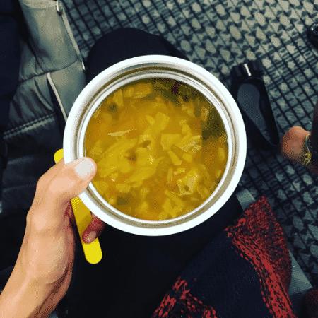 """Bela Gil leva """"marmita"""" com sopa no aeroporto - Reprodução/instagram.com/belagil"""