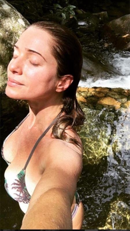 em foto antiga, Letícia Spiller aparece em cachoeira - Reprodução/Instagram