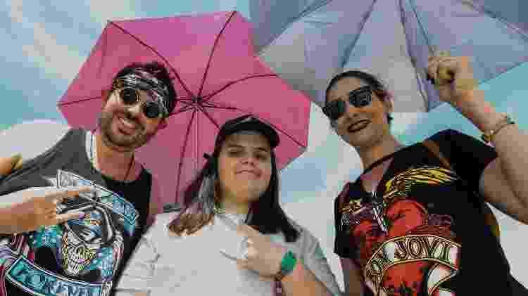 Público paga R$ 15 reais por uma sombrinha para enfrentar o sol na Cidade do Rock - Marco Antonio Teixeira/ UOL - Marco Antonio Teixeira/ UOL