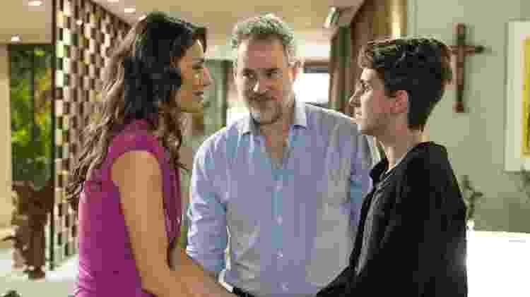 """Ivan (Carol Duarte) dá a notícia da gravidez para os pais em """"A Força do Querer"""" - Reprodução/GShow/A Força do Querer - Reprodução/GShow/A Força do Querer"""