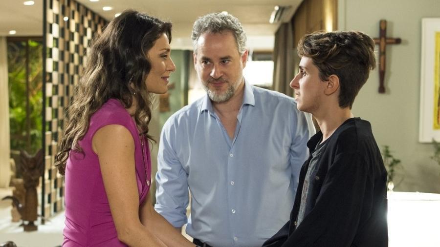 Ivan (Carol Duarte) revela para a família que está grávido - Reprodução/GShow/A Força do Querer