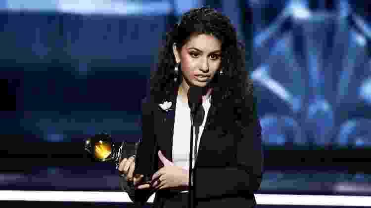 Alessia Cara agradece ao prêmio de artista revelação no Grammy 2018 - Getty Images - Getty Images