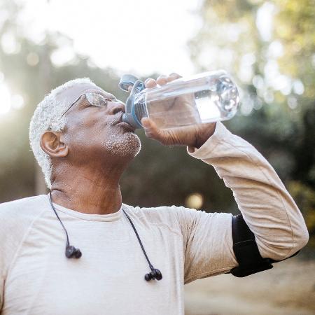 Homem idoso bebendo água - iStock