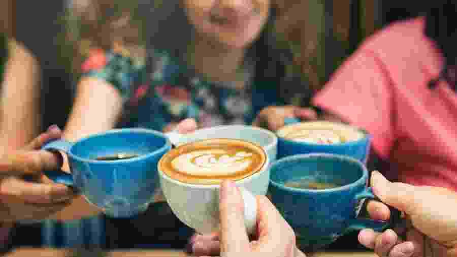 No estudo, os participantes que haviam tomado a bebida com cafeína tenderam a avaliar a si mesmos e aos outros de forma mais positiva - iStock
